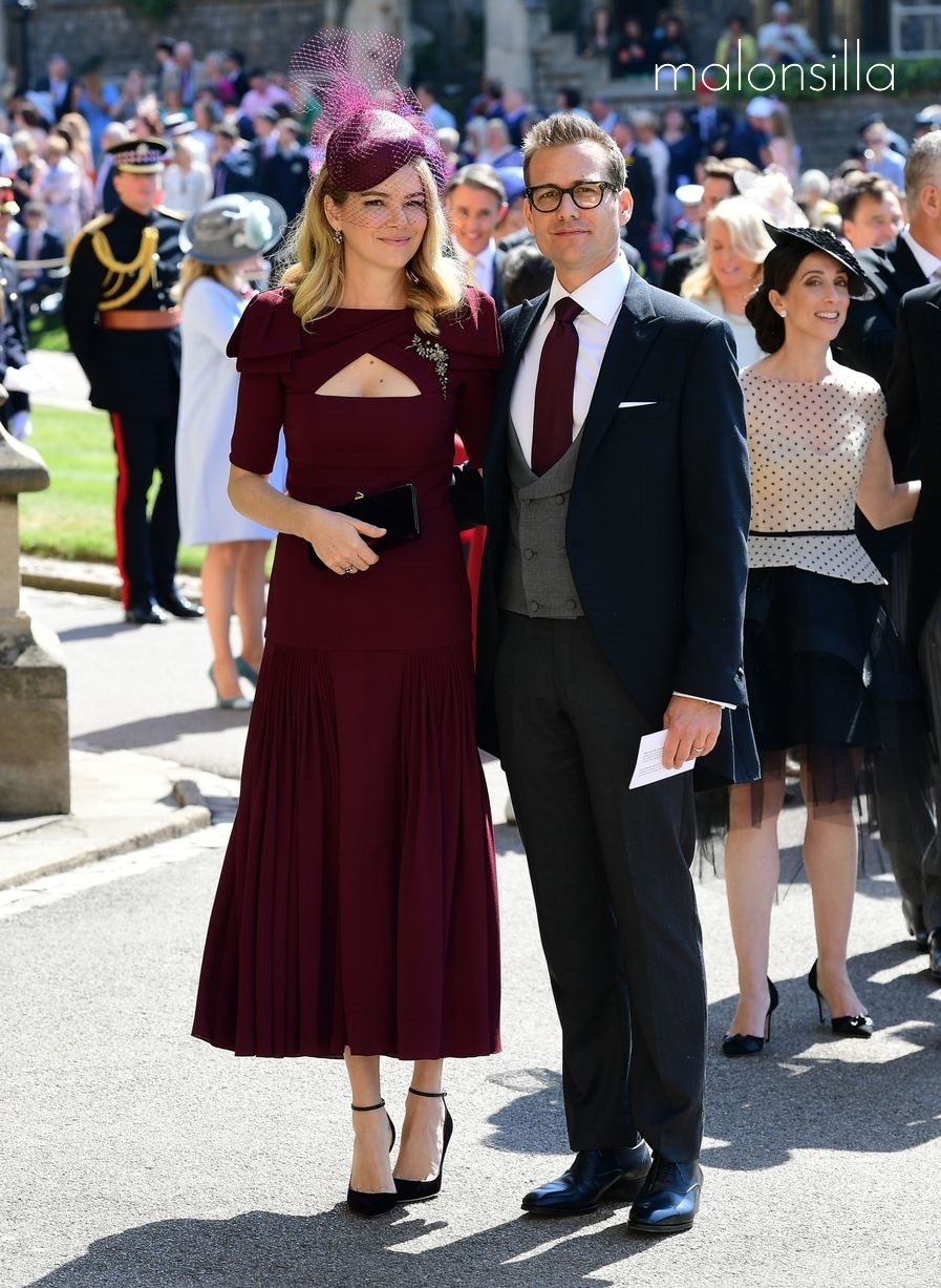 Jacinda Barret en la boda real de Harry y Megan con look en burdeos