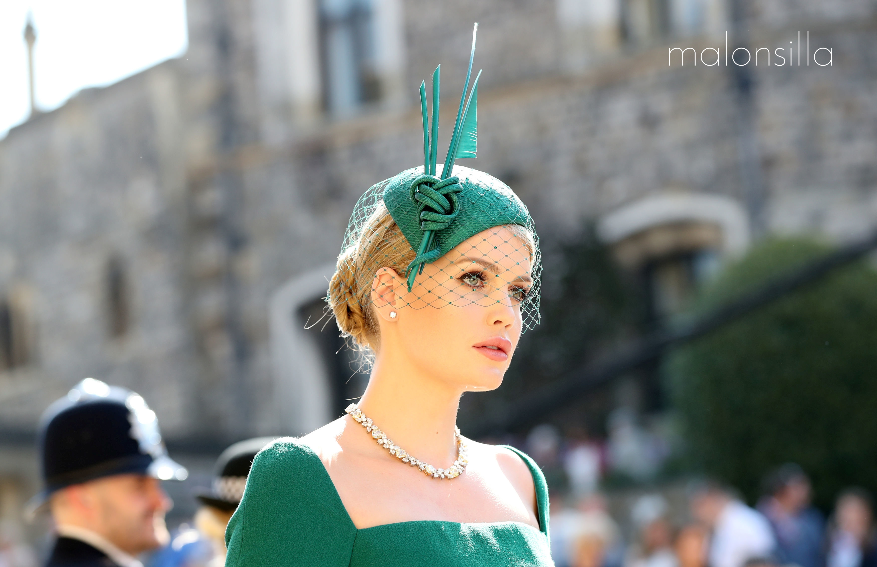Lady Kitty Spencer en la boda real de Harry y Megan con tocado tipo casquete en verde botella